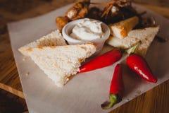 可口开胃菜用胡椒和面包对啤酒 免版税库存图片
