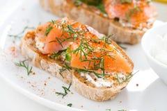 可口开胃菜用面包,盐味的三文鱼和乳脂干酪 库存照片