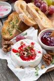 可口开胃菜-软制乳酪用莓果果酱、多士和果子 免版税库存图片