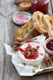 可口开胃菜-软制乳酪用莓果果酱、多士和果子 库存图片