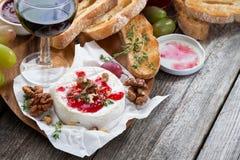 可口开胃菜-软制乳酪用莓果果酱、多士和葡萄 图库摄影