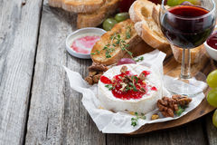可口开胃菜-软制乳酪用莓果果酱、多士和葡萄 免版税图库摄影