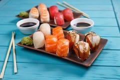 可口开胃nigiri寿司集合,服务在黏土板材  图库摄影