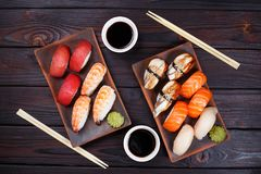 可口开胃nigiri寿司集合,服务在黏土镀机智 免版税库存图片