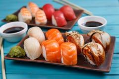 可口开胃nigiri寿司集合,服务在黏土镀机智 库存照片