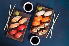 可口开胃nigiri寿司集合,服务在黏土镀机智 图库摄影