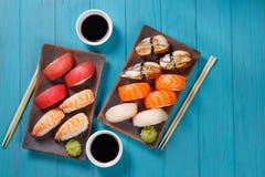 可口开胃nigiri寿司集合,服务在黏土镀机智 库存图片