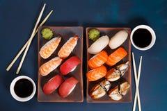 可口开胃nigiri寿司集合,服务在黏土镀机智 免版税库存照片