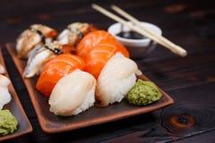 可口开胃nigiri寿司,供食在有如此的黏土板材 库存图片