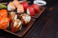 可口开胃nigiri寿司,供食在有如此的黏土板材 图库摄影