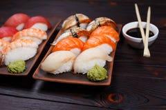 可口开胃nigiri寿司,供食在有如此的黏土板材 免版税库存图片