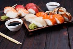 可口开胃nigiri寿司,供食在有如此的黏土板材 免版税图库摄影