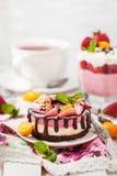 可口微型乳酪蛋糕装饰用莓果和巧克力 库存图片