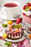 可口微型乳酪蛋糕装饰用莓果和巧克力 免版税库存照片