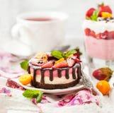 可口微型乳酪蛋糕装饰用莓果和巧克力 免版税图库摄影
