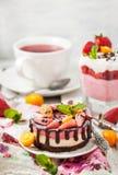 可口微型乳酪蛋糕装饰用莓果和巧克力 图库摄影