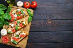 可口意大利开胃小菜砍了蕃茄,蘑菇, ricot 库存照片