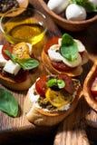 可口意大利开胃菜-各种各样的bruschettas,特写镜头 免版税库存照片