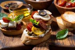 可口意大利开胃菜-各种各样的bruschettas,特写镜头 免版税图库摄影