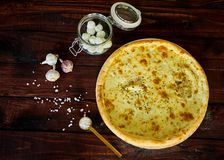 可口意大利比萨用在一张木桌上的乳酪 图库摄影