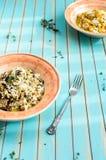 可口意大利煨饭用porcini蘑菇和南瓜在木桌 库存图片