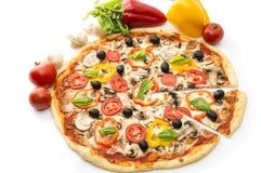 可口意大利薄饼在白色背景1隔绝的被举的切片 薄饼用火腿、胡椒和橄榄 库存照片