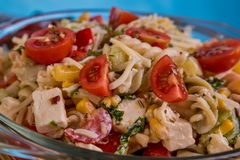 可口意大利面制色拉或地中海沙拉 蕃茄用无盐干酪蓬蒿玉米香料和橄榄油在一张木桌上 库存照片