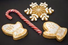 可口手套和雪花自创圣诞节曲奇饼和糖果 免版税库存图片