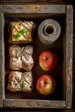可口拿走苹果饼由新鲜水果制成 免版税库存照片