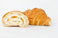 可口新月形面包用在白色背景的樱桃果酱 库存图片