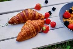 可口新月形面包用草莓 库存图片