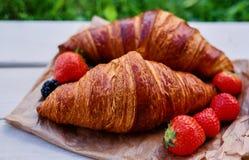 可口新月形面包用草莓 库存照片