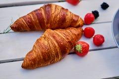 可口新月形面包用草莓 免版税库存照片
