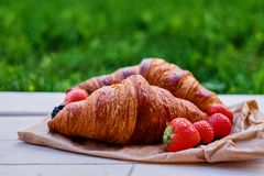 可口新月形面包用草莓 图库摄影