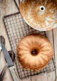 可口新近地被烘烤的金黄圆环蛋糕 免版税库存照片