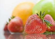 可口新鲜水果玻璃被反射的表 库存图片