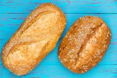 可口新鲜的有壳的面包两个大面包  免版税库存图片