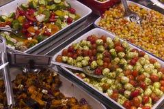 可口新鲜的沙拉在Vancouvers Grandville海岛市场上 免版税库存照片