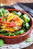 可口新鲜的温暖的茄子、甜椒和sesam沙拉 库存图片
