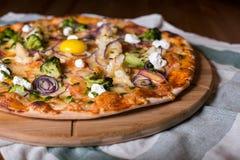 可口新鲜的自创薄饼用葱、菜和乳酪在一张木桌上 复制空间 特写镜头 免版税库存图片
