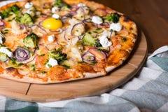 可口新鲜的自创薄饼用葱、菜和乳酪在一张木桌上 复制空间 特写镜头 免版税图库摄影