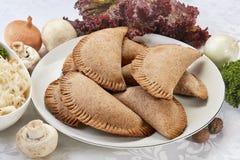 可口新鲜的饼和小圆面包铸造用无盐干酪、希脂乳和牛至 免版税库存照片