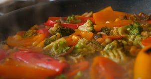 可口新鲜蔬菜在平底锅,素食主义者的食物在家被炖 股票录像