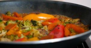 可口新鲜蔬菜在平底锅,素食主义者的食物在家被炖 股票视频