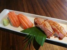 可口新gril三文鱼寿司和三文鱼寿司 免版税库存照片