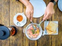可口早餐、泰国煎蛋卷、茶和面包在一张木桌上,茶时间 库存照片