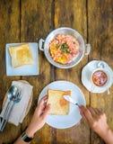 可口早餐、泰国煎蛋卷、茶和面包在一张木桌上,茶时间 免版税图库摄影