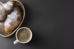 可口早餐咖啡用新月形面包 心形的配件箱 早晨咖啡因 法国,新鲜的酥皮点心和咖啡或拿铁 库存照片