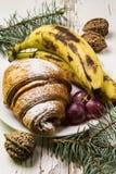 可口早餐用新鲜的新月形面包和成熟莓果在老木背景,选择聚焦 库存照片