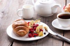 可口早餐用新鲜的新月形面包和成熟莓果 库存照片
